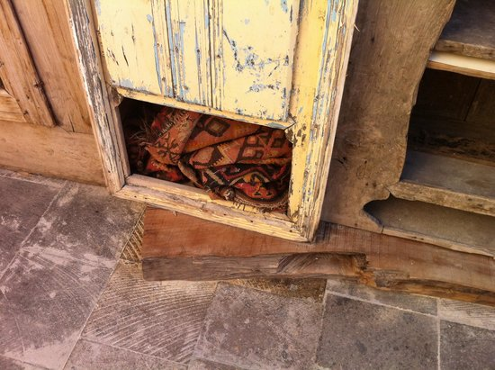 Sunset Cave Hotel: Armadi fatiscenti della terrazza per la colazione