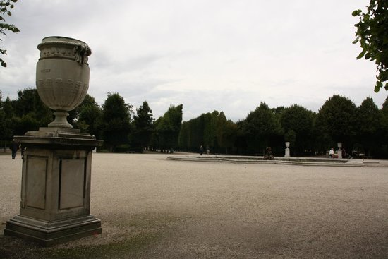 Château de Schönbrunn : Kalt, inga blommor i krukorna