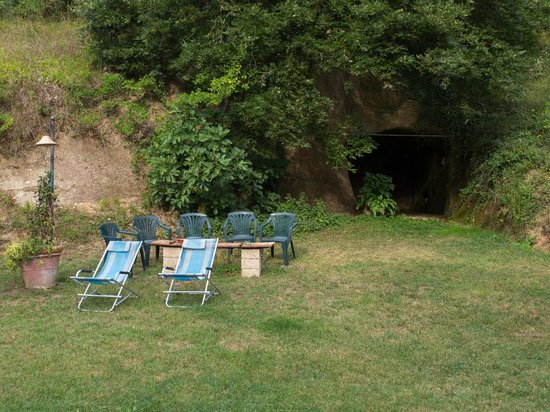 Agriturismo Frallarenza : Ancient grotto's are near the pool