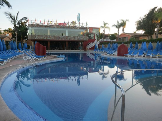 Dunas Maspalomas Resort: Early morning view of pool and restaurant