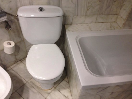 Catalonia Park Putxet Hotel : See how close the toilet is to the bath
