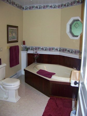 Andon-Reid Inn Bed and Breakfast : Magnolia Suite Jacuzzi Garden Tub