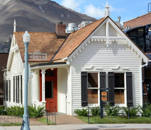 The White House Tavern: WHT