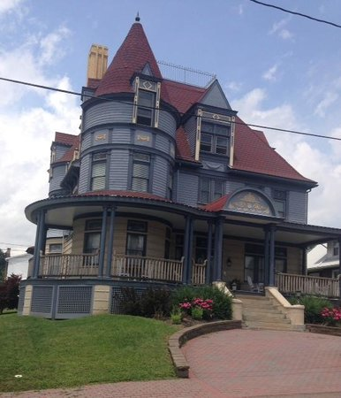 Levi Deal Mansion Bed & Breakfast: Levi Deal Mansion From street corner