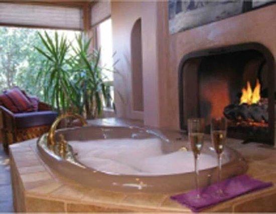 Adobe Village Inn : Purple Lizard bathroom