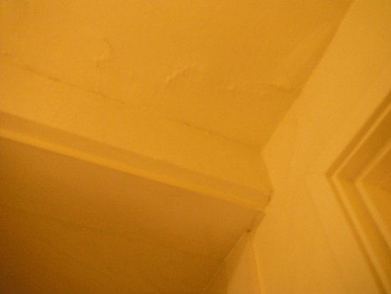 The Wharf Inn : Our peeling and cracking bathroom ceiling