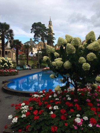 Portmeirion Village: Need a garden like this!