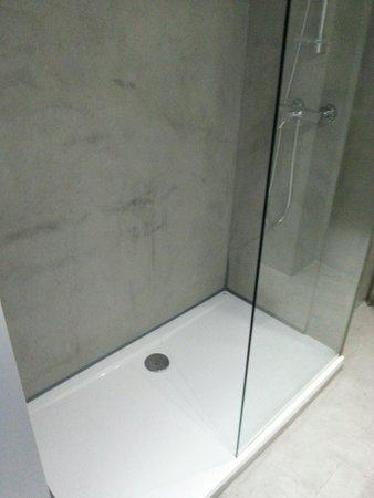 Hotel Zenit Conde de Orgaz : Masilla para hacer un apaño en la ducha. Algo que no esperas de un 4 estrellas