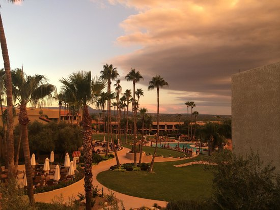 Hilton Tucson El Conquistador Golf & Tennis Resort: Toward the pool before storm