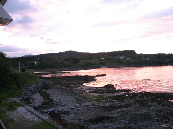 Dunollie Hotel: Early sunset from our window