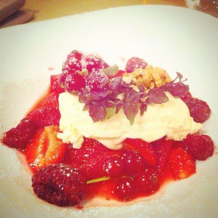 L'Apibo : Les fruits rouges : Groseilles, framboises, fraises, mousse chocolat blanc, éclats de pistache.