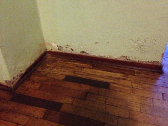 DM Hoteles Mossone Ica: Löcher in Wänden