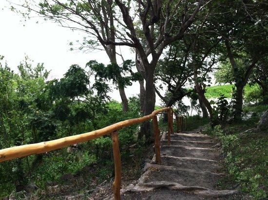 Xalli Ometepe Beach Hotel: Down towards the beach