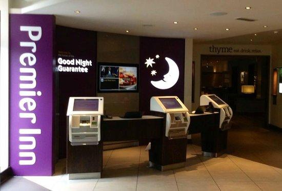 Premier Inn Liverpool City Centre (Liverpool One) Hotel: Check in desk