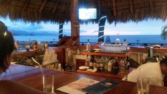 Costa Sur Resort & Spa : Bar al atardecer con Enrique en la esquina