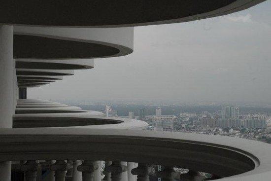 lebua at State Tower: Balconi dalla mia stanza al 56esimo piano
