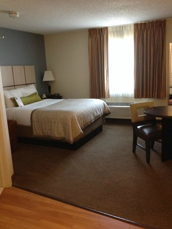 Candlewood Suites Dallas, Las Colinas : Bed and work area in the room