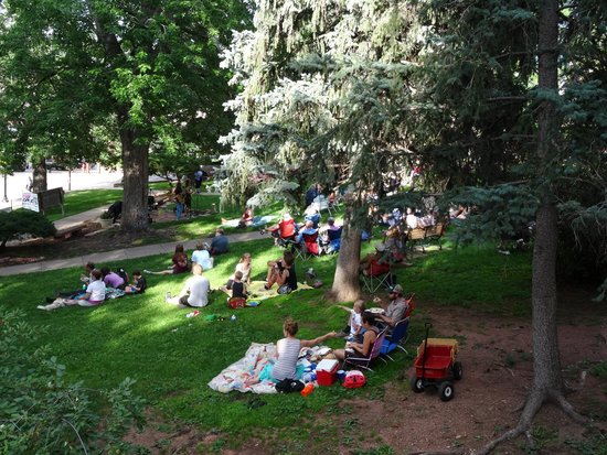 Avenue Hotel Bed and Breakfast: Concert viewers on the library lawn
