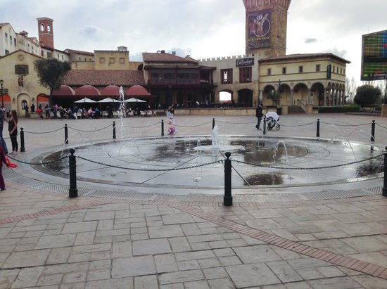 SunSquare Montecasino : Water feature in square.  Kids love it