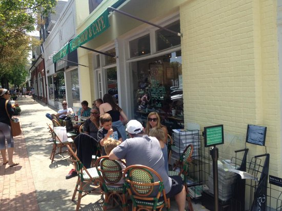 Golden Pear Cafe : The outside seating area