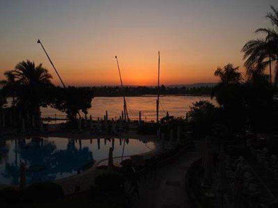 Steigenberger Nile Palace Luxor : ナイルに沈む夕日@バー
