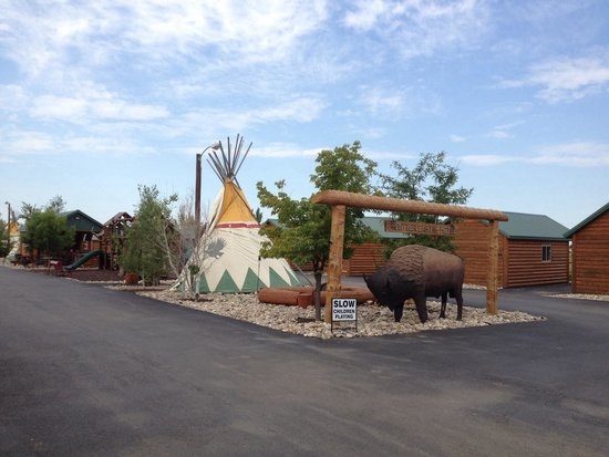 Frontier Cabins Motel: Central area with tepees, BBQ, sauna, hot tub, bar, play structures, etc. The buffalo is a great