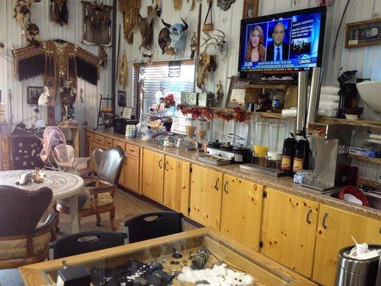 Frontier Cabins Motel : Breakfast area in gift shop.