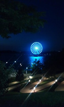 Gaylord National Resort & Convention Center : Ferris wheel at night at end of harbor