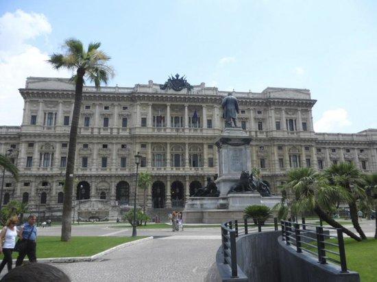 Hotel Diplomatic: Piazza Cavour (al lado del Hotel)