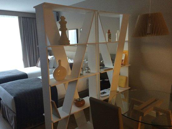 CasaSur Bellini Hotel: Separador kitchen y camas