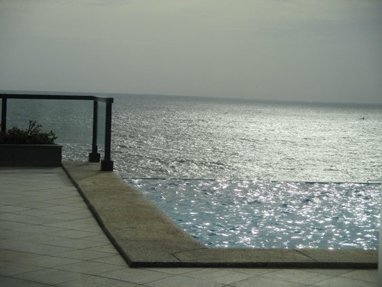 The Leela Kovalam Beach: Pool facing the Ocean