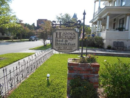 Hanna House Bed & Breakfast: The sign out front