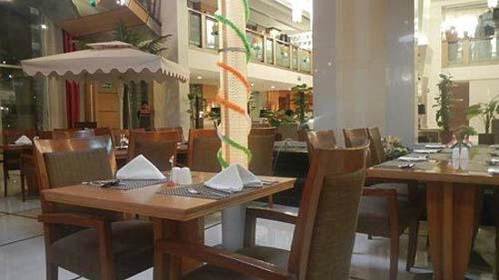 Ramada Jaipur: 食事をする場所。インド色意識した飾り多かったです