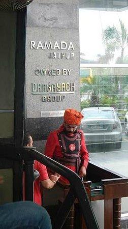 Ramada Jaipur: ドアマンカッコいい