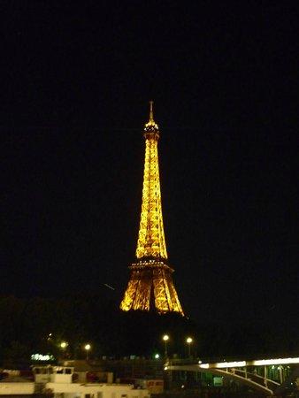 La Seine : セーヌ川からみた夜のエッフェル塔