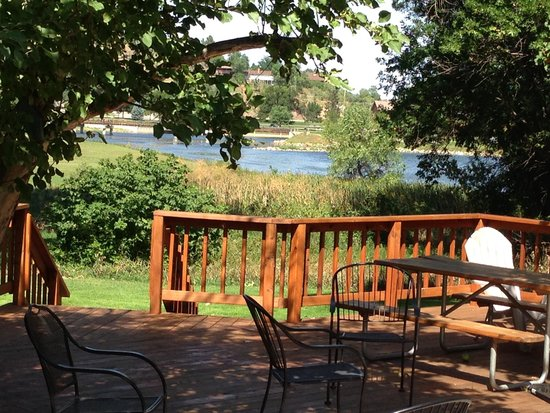 Lake Park Campground and Cottages: Lake View Lodge Deck