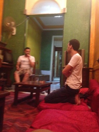The Australian Hostel: Late night chatting in the common area