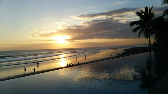 The Legian Bali: Sunset view frm the pool