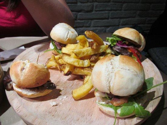 La Tita Rivera: La dégustation de mini hamburgers, déjà entamée!