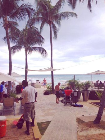 Grand Cayman Marriott Beach Resort: Pool side