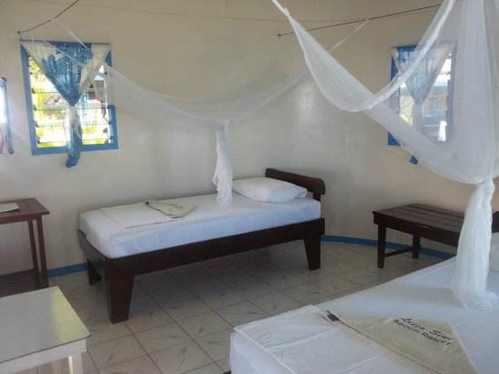 Litia Sini Beach Resort : A family fale. The other side of the room had a 3rd single bed and a double bed