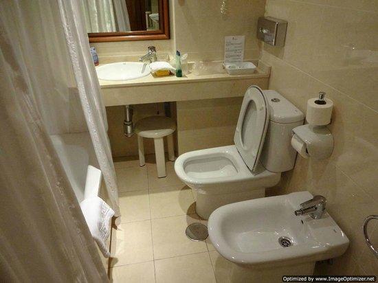 Hotel Tropicana: Bath