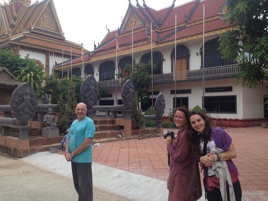 Angkor Bodhi Tree Retreat and Yoga Centre: Monks at the pagoda