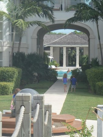 West Bay Club: Walkway to Pool