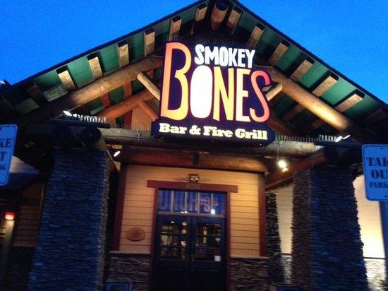 Smokey Bones BBQ & Grill : Front entrance