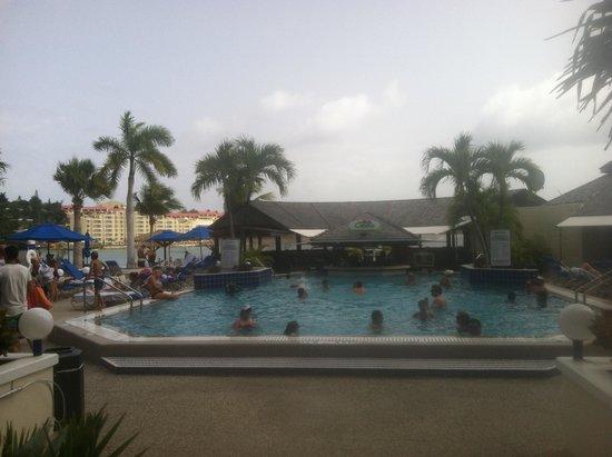 Royal Palm Beach Resort: Pool and swim up bar.