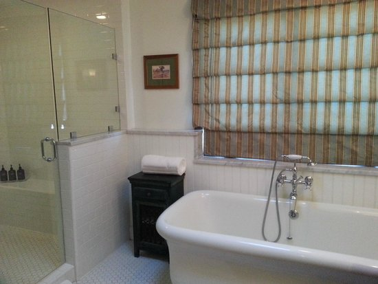 Hermosa Inn: deluxe bathroom