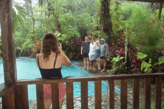Princesa de la Luna Eco Lodge: Swimming pool w/ guests on hike and swim