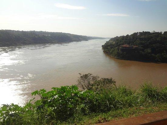 Hito de Las Tres Fronteras Argentina: El río Iguazú (derecha) cae al Paraná. Abajo Argentina, a la derecha Brasil, a la izquierda Para