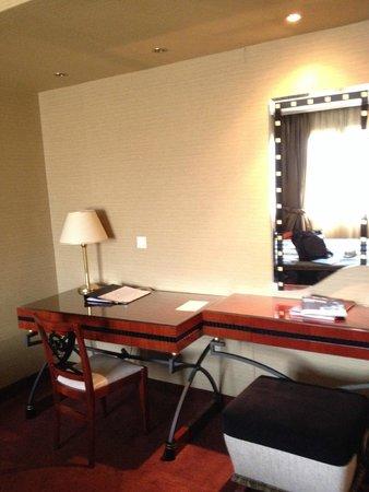 Piraeus Theoxenia Hotel: vanity/desk
